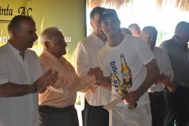 Alexis Campos, posando con los invitados de honor en la premiación. Flamante monarca en Singles varonil del Torneo de Tenis La Quinta 2012.